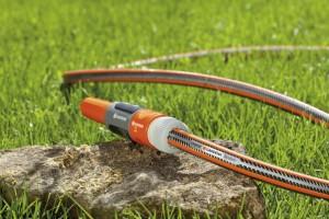 Hochwertige Gartenschläuche wie die Gardena-Power-Grip-Schläuche sind besonders formstabil und robust (Foto: Gardena)