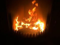 Wer gemütliches Kaminfeuer beobachten will, muss regelmäßig das Kaminglas reinigen.