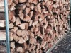 Wer Kaminholz lagern möchte, greift am besten zu einer Stapelhilfe aus Metall oder Holz.
