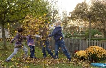 Kinder helfen gerne mit beim Laub entsorgen - mit den richtigen Geräten geht's gleich nochmal so schnell (Foto: Gardena)